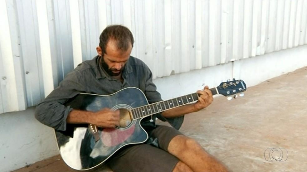 Fernando Ribeiro lembra da época que cantava e tocava na igreja (Foto: Reprodução/TV Anhanguera)