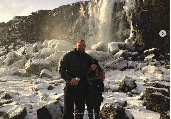 O ator islandês Hafþór Júlíus Björnsson, o Montanha de Game of Thrones, com a namorada (Foto: Instagram)