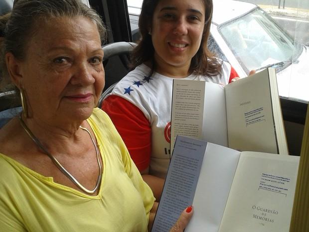 Passageiras foram surpreendidas por presente, em ônibus de Vitória, no Espírito Santo (Foto: Geovana Chrystêllo/ G1 ES)