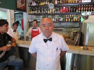Antônio Calixto, 72 anos, garçom do bar Genésio, na Vila Madalena, em São Paulo (Foto: Cauê Muraro/G1)