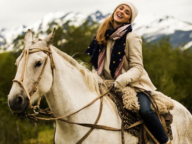 Isabelle Drummond encara um passeio à cavalo durante gravações (Foto: João Miguel Júnior/TV Globo)