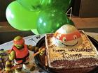 Gisele Bündchen mostra bolo de aniversário do filho: 'Nós te amamos'