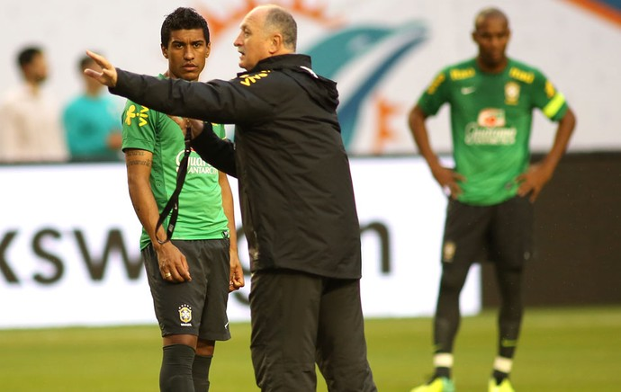 Felipão e Paulinho Treino Seleção Brasileira (Foto: Mowa press)