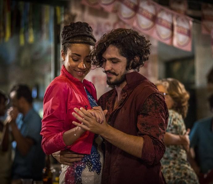Miguel e Sophie dançam coladinhos (Foto: Inácio Moraes/Gshow)