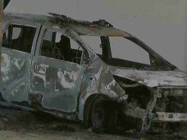 Carro foi incendiado dentro da delegacia de Santa Rita, na madrugada desta terça-feira (21) (Foto: Reprodução/TV Cabo Branco)