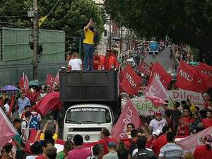 Protesto teve início por volta das 16h desta sexta-feira (13) (Foto: Reprodção/TV Amazonas)