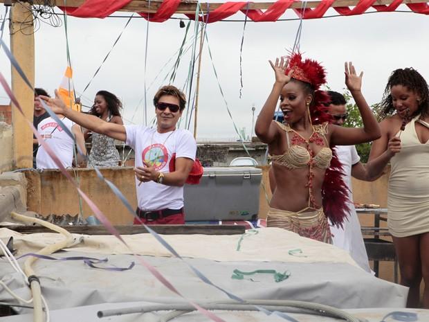 É carnaval em Salve Jorge! Roberta e André gravam cenas especiais para novela (Foto: Salve Jorge/TV Globo)