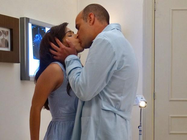 Fernando não resiste e beija Itália (Foto: Janaina Ornellas/ Gshow)