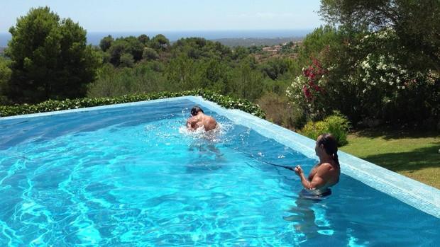 Nadal faz treinamento intenso na piscina com bela paisagem de fundo,