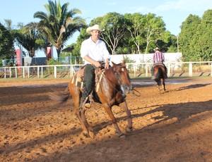 Laércio Filho espinando o cavalo (Foto: Renato Pereira)
