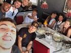 Neymar posta foto de almoço: 'Família amigos'