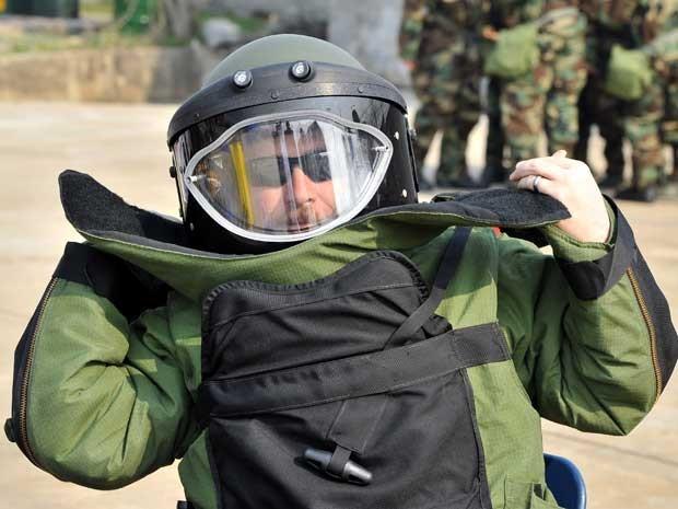 Nesta quinta-feira (4), eles mostraram equipamentos capazes de suportar uma possível guerra química e também realizaram treinamento com traje antibomba, no Camp Stanley, em Uijeongbu, ao norte de Seul. (Foto: Jung Yeon-je / AFP Photo)