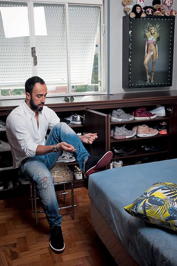 No quarto de hóspedes fica a coleção-desejo de sapatos de Yan: são mais de cem pares, incluindo tênis de edições limitadas  (Foto:  )