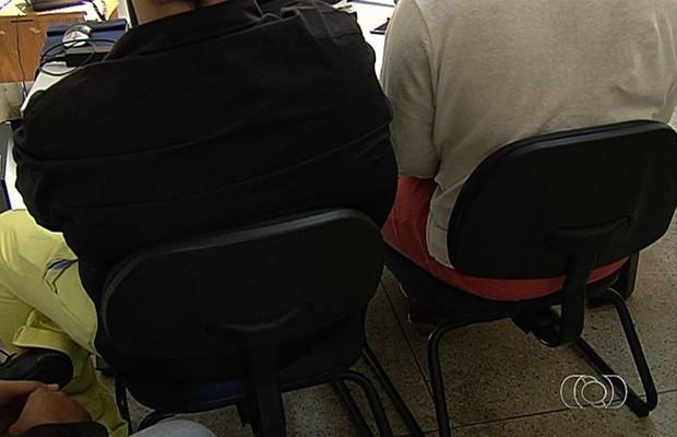 Jovens, que não quiseram se identificar, afirmam ser vítimas de homofobia (Foto: Reprodução/TV Anhanguera)