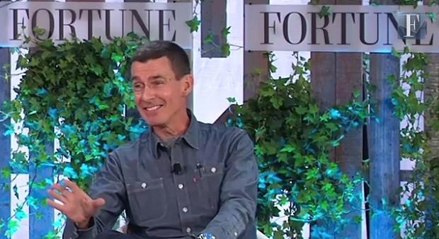 Chip Bergh garante que nunca pegou nenhuma doença por não lavar seus jeans (Foto: Reprodução/ Youtube)