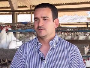 Dono da granja, Lucas Carvalho afirma que a avicultura exige cada vez mais profissionalismo (Foto: Reprodução/TV Bahia)