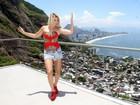 Antônia Fontenelle usa shortinho e saltão em ensaio em morro no Rio