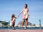 Ex-BBB Leticia Santiago posa com a filha na orla da Lagoa Rodrigo de Freitas, no Rio