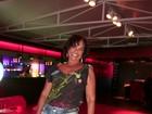 De shortinho, Solange Couto se diverte em noite de show de divas