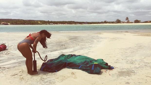 Sue lasmar aprende kite surfing (Foto: Divulgação / MF Assessoria )
