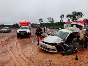 Carros bateram de frente após motorista de um deles perder controle da direção (Foto: Jadiel Luiz/Blog do Sigi Vilares)