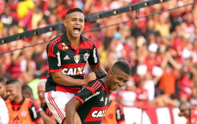 Everton comemora gol do Flamengo contra o Coritiba (Foto: Gilvan de Souza / Flamengo)