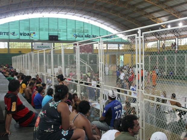 Famílias estão sendo atendidas no ginásio Ninimberg Guerra, Zona Oeste de Manaus (Foto: Girlene Medeiros/G1 AM)
