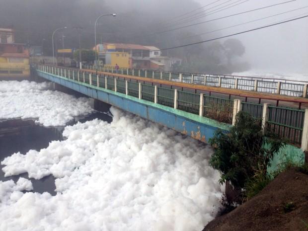 Espuma já chegou a encobrir ponte da cidade, diz morador (Foto: Witter Veloso/TV TEM)