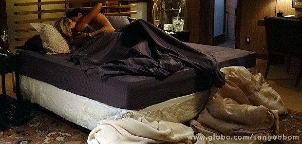 Os dois acabam na cama! (Foto: Sangue Bom/TV Globo)