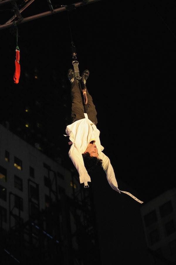 O mágico Criss Angel realizando o lendário Double Straight Jacket (Foto: Getty Images )