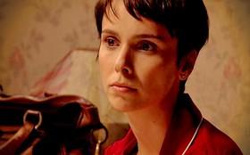 Nina é interrogada por policial e inventa um namoro como falso álibi