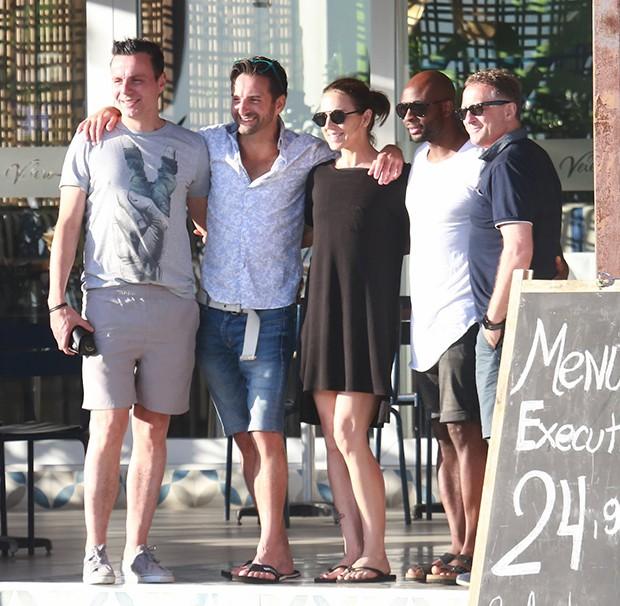 Mel C posa com fãs (Foto: Agnews)