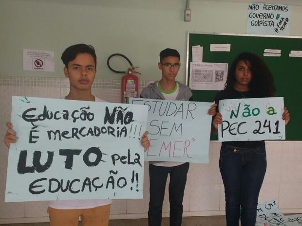 Estudantes do IFB seguram cartazes (Foto: Elielton Lopes/G1)