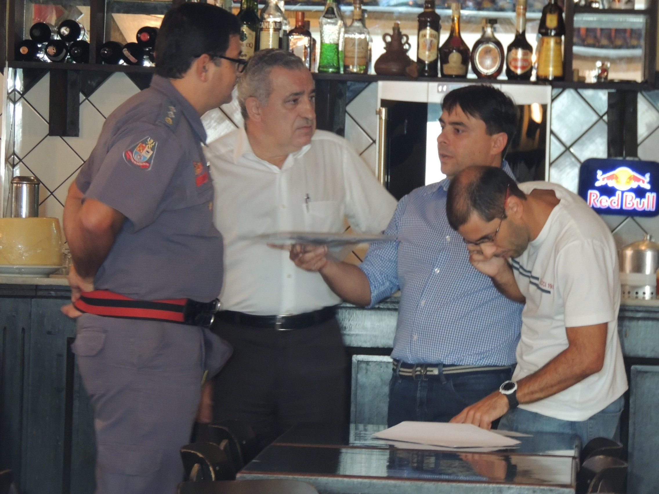 Comissão que faz vistoria é formada por fiscais da prefeitura e bombeiros. (Foto: Pedro Carlos Leite/G1)