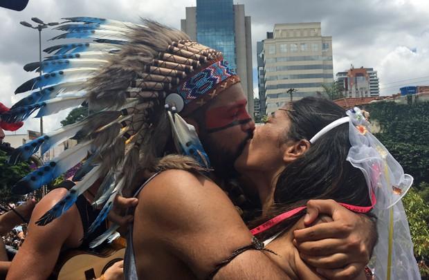 Casal se beija após o 'sim' de Sara (Foto: Cauê Fabiano/G1)