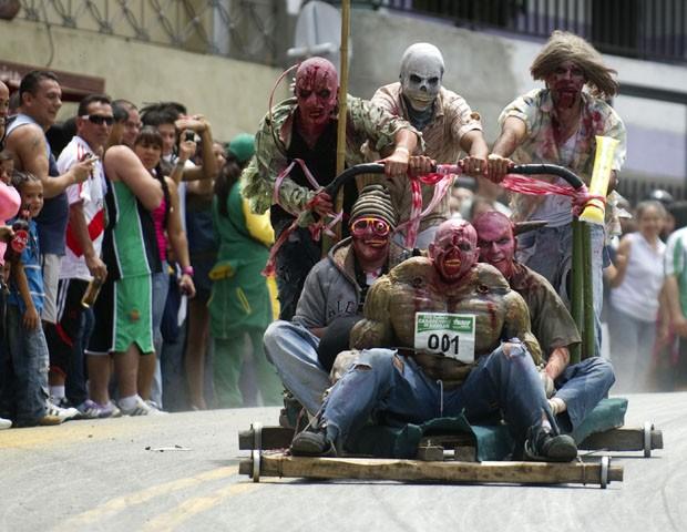 'Zumbis' participam da 23º competição de carros de rolemã em Meddelin, na Colômbia (Foto: Raul Arboleda/AFP)
