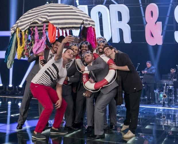 Equipe do Amor & Sexo tira selfie no palco do programa (Foto: Inácio Moraes/Gshow)