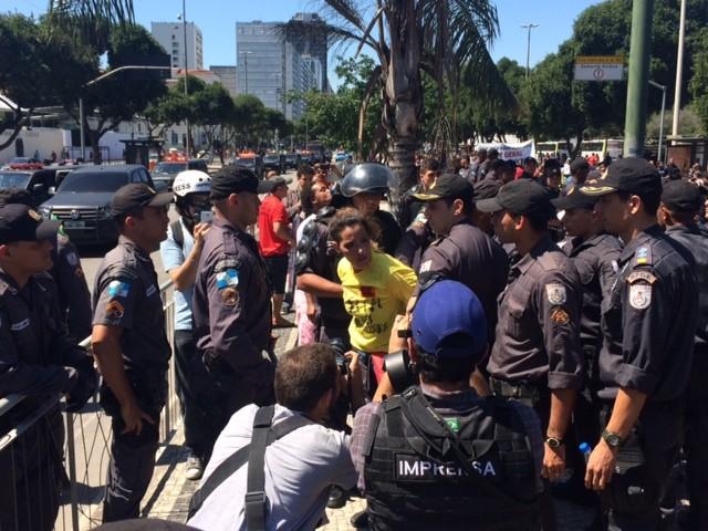 Mulher foi detida após queimar a bandeira do Brasil (Foto: Guilherme Brito / G1)