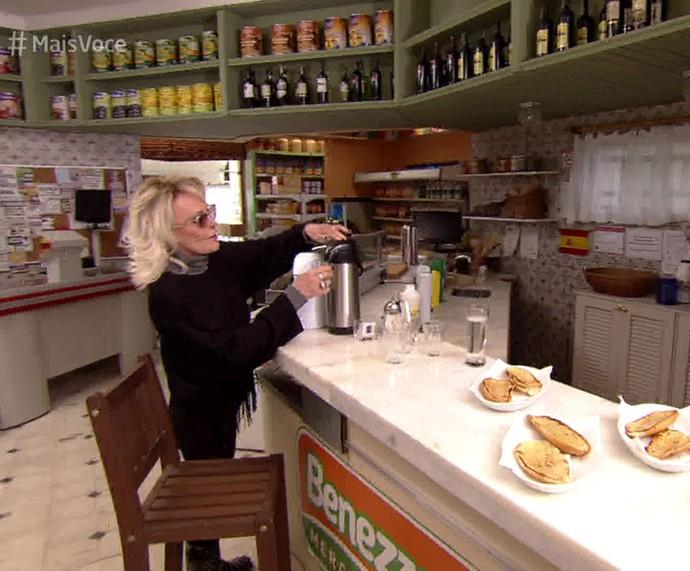 Ana Maria toma café na cidade cenográfica de 'Haja Coração' (Foto: TV Globo)