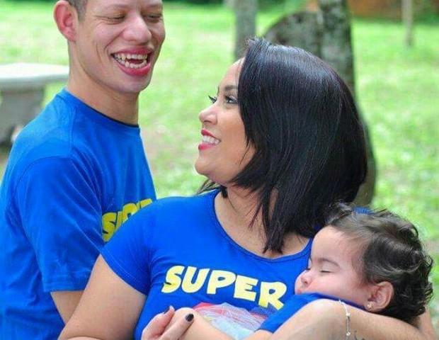 Muito carinho e cuidado são a base da nova família (Foto: Reprodução Facebook)