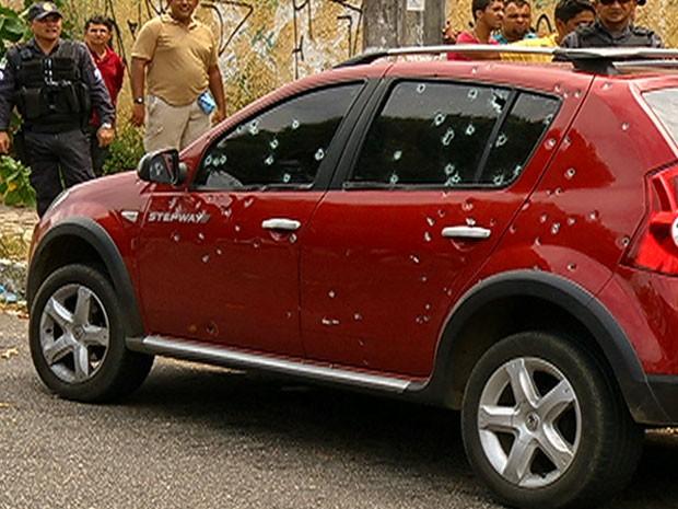 Carro usado por assaltantes ficou crivado de balas (Foto: Reprodução/Inter TV Cabugi)