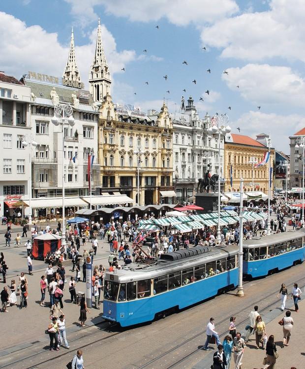 Multidão na animada praça Ban Josip Jelačić, no centro de Zagreb: a estátua é homenagem ao conde-general que aboliu a servidão na Croácia (Foto: Divulgação)