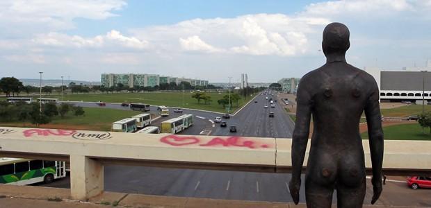Escultura de Antony Gormley na plataforma superior da Rodoviária do Plano Piloto, em Brasília (Foto: Jamila Tavares / G1)