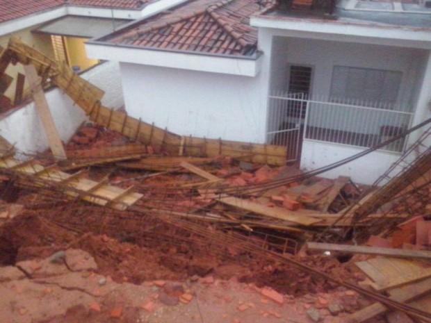 Muro desabou sobre quintais de casas em Votorantim (Foto: Divulgação/Gazeta de Votorantim)