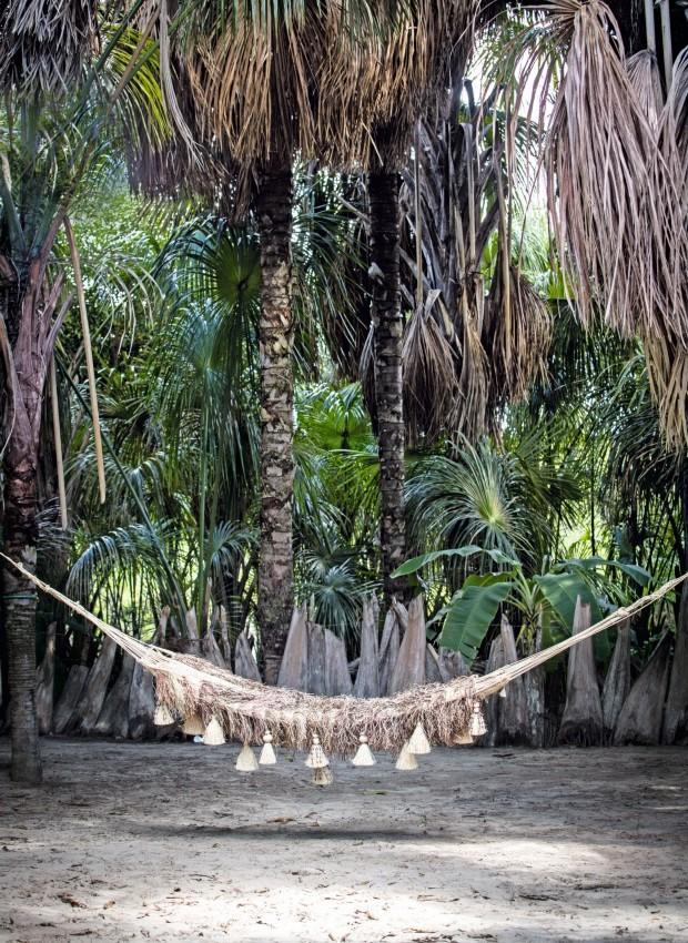 Descanso. A rede com penduricalhos, 2,50 x 2 m, tramada com fibra de buriti, custa R$ 2.100 (Foto: Kenji Nakamura / Divulgação)