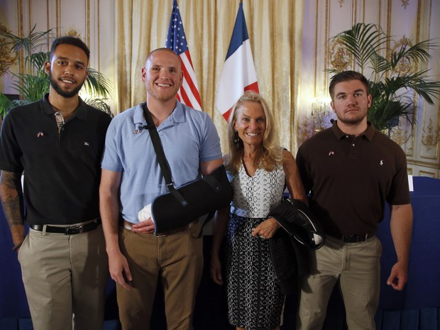 Americanos são homenageados na embaixada dos EUA na França (Foto: AP Photo/Francois Mori)