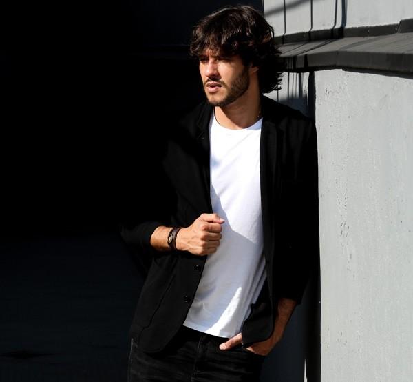 """Nando Rodrigues conta que emagreceu 6kg e deixou a barba e o cabelo crescerem para viver publicitário em """"Haja Coração"""" (Foto: Neto Fernandez)"""