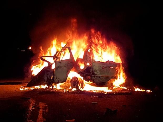 Motorista morreu carbonizada após carro pegar fogo depois de colisão com carreta na Bahia (Foto: Sigi Vilares/Blog do Sigi Vilares)