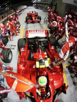Felipe Massa GP de Cingapura 2008 reabastecimento Ferrari (Foto: Agência Getty Images)