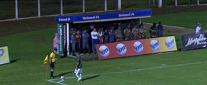 Policiais se protegem da chuva no estádio Ronaldo Junqueira (Foto: Reprodução/ Premiere)